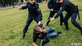 Сотрудники милиции брызжут в лицо демонстранту слезоточивым газом