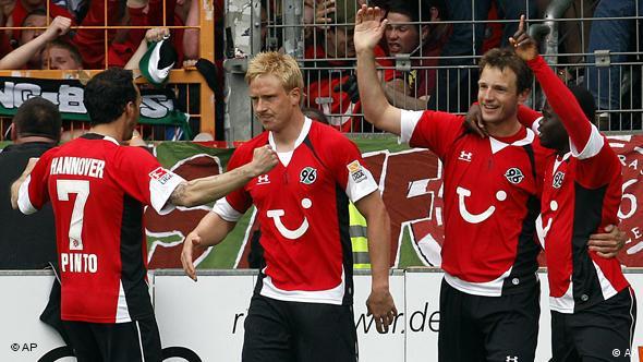 Hannovers Spieler Sergio Pinto (v.l.) Mike Hanke, Arnold Bruggink und Didier Ya Konan feiern (Foto: AP)
