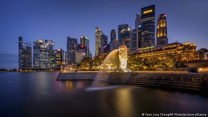 Singapur Merlion Park & Business district (Yeen Ling Chong/AP Photo/picture-alliance)