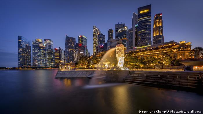 La ciudad de Singapur, iluminada por la noche.