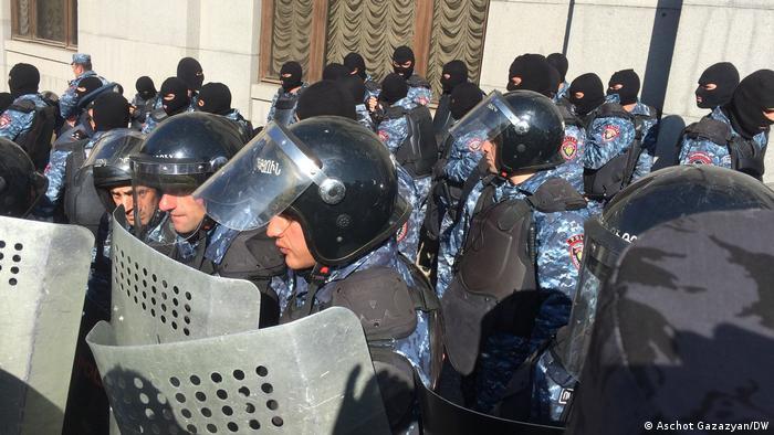 Polizisten mit Schutzschilden und Helmen (Aschot Gazazyan/DW)