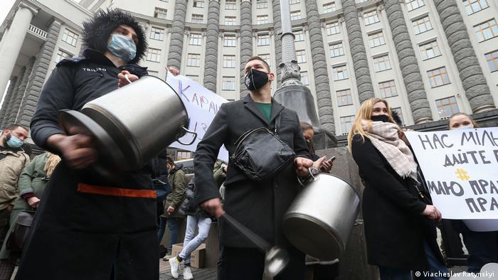Люди з каструлями на акції протесту проти інтелектуального локдауну, фото листопаду 2020 року