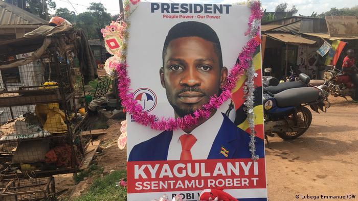 Un afiche de Bobi Wine, candidato presidencial para las eleccione en Uganda, en enero de 2021.