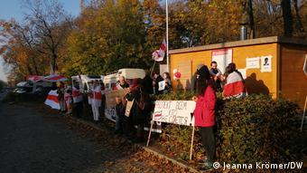 Участники акции в Берлине в поддержку протестов в Беларуси