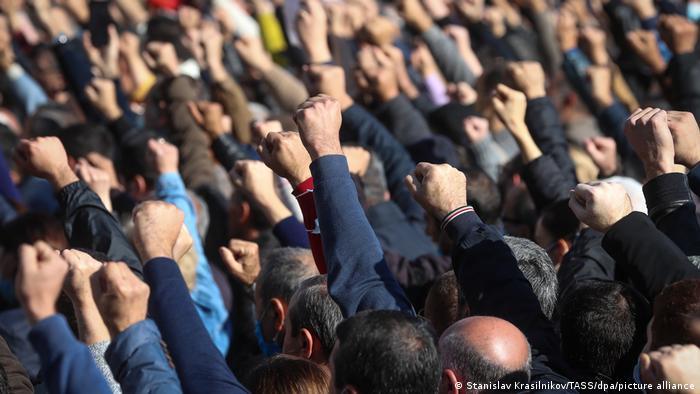 Ermenistan'ın başkent Erivan'da anlaşmaya karşı gösteriler Kasım ayından beri sürüyor
