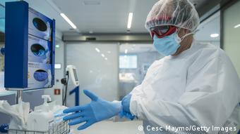 Лаборант проводит тест на коронавирус