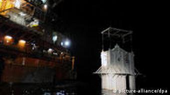 Eine Stahlglocke wird ins Wasser gelassen (Foto: dpa)
