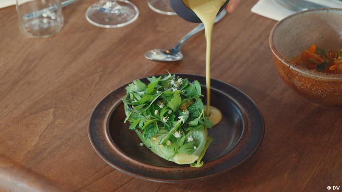 Gambar sajian selada di restoran Nolla