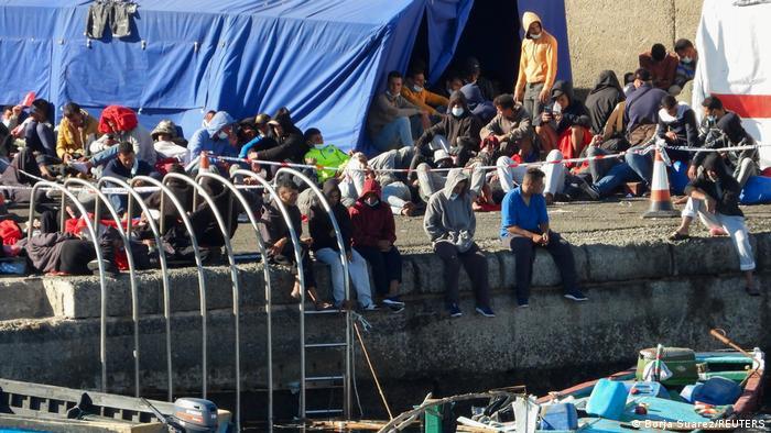 مهاجرون في ميناء أرغينيغين على جزيرة غران كناريا