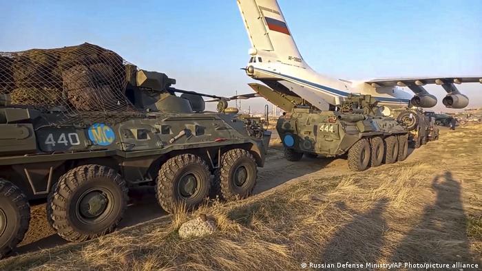 Выгрузка бронетранспортеров российских миротворцев на военном аэродроме в Армении