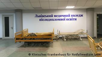 Кровати для пациентов во временном центре лечения ковида во Львове