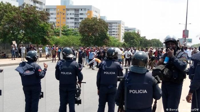 Angola I Demonstranten protestieren gegen COVID-19-Maßnahmen in Luanda (Borralho Ndomba/DW)