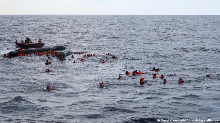 مهاجرون كادوا يغرقون قبالة سواحل ليبيا 11 نوفمبر/ تشرين الثاني 2020