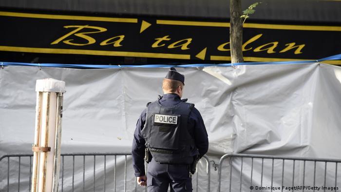 Французский полицейский у клуба Bataclan, атакованного террористами в 2015 году