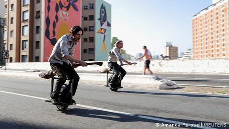 Dva prijatelja, Vinisijus Sanktus i Alesandro Ruso, ulisama Sao Paola u Brazilu voze električne monocikle. Nadogradili su ih po uzoru na magične leteće metle iz serije filmova o Hariju Poteru.