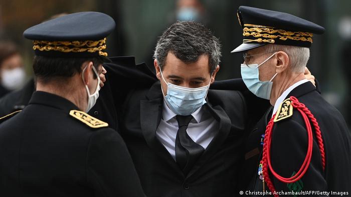 Gerald Darmanin (centro), ministro francés del Interior, durante el homenaje a las víctimas de los atentados terroristas en París, en 2015.