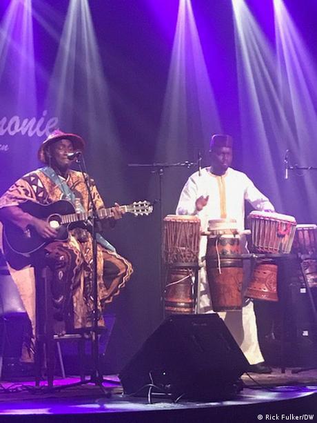 Issa Sow und Pape Samory Seck auf der Bühne