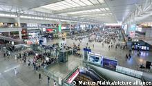 Schanghai, China - 26. September 2019: Bahnhof Shanghai Hongqiao railway station in China. Shanghai Hongqiao ist der größte Bahnhof in Asien.   Verwendung weltweit