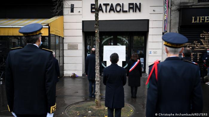 Na noite de 13 novembro de 2015, homens armados mataram 130 pessoas a tiros e em ataques suicidas em Paris. Noventa delas foram assassinadas no Bataclan durante um show de uma banda de rock. Na capital francesa, homenagens marcaram os cinco anos da tragédia. Desde 2015, ataques jihadistas mataram mais de 250 pessoas no país e deixaram milhares com cicatrizes físicas e psicológicas. (13/11)