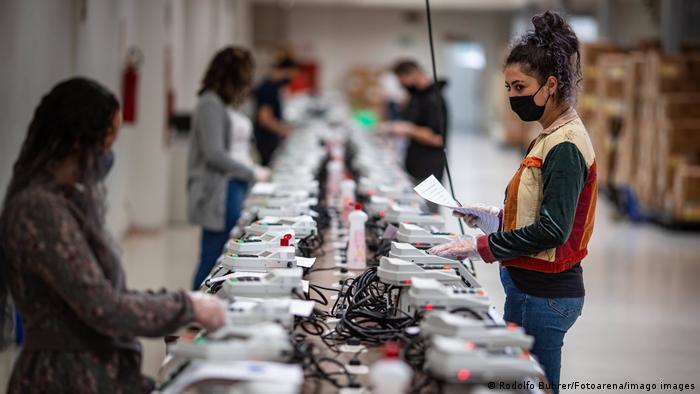 Preparação de urnas eletrônicas para a eleição em Curitiba