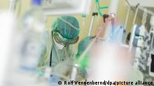 10.11.2020, Nordrhein-Westfalen, Bonn: Eine Ärztin untersucht einen Corona-Patienten, der beatmet auf einer Intensivstation im Universitätsklinikum Bonn liegt. Foto: Rolf Vennenbernd/dpa | Verwendung weltweit