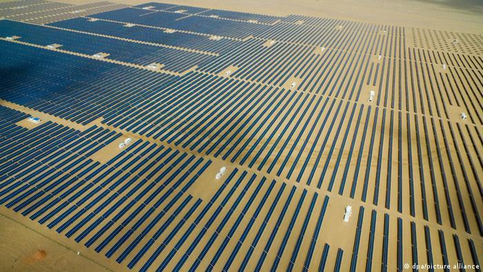 Luftaufnahme des größtes Solarkraftwerks der Welt in der chinesischen Wüste der Provinz Quinghai