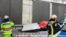 13.11.2020, Nordrhein-Westfalen, Köln: Ein Betonteil einer Lärmschutzwand liegt auf der Autobahn 3 (A3) auf einem Pkw. Eine große Betonplatte einer Lärmschutzwand ist auf der Autobahn 3 bei Köln auf einen Wagen gestürzt und hat eine Autofahrerin getötet. (zu dpa «Betonteil kracht auf Autobahn auf Wagen - Fahrerin tot») Foto: Daniel Evers/WupperVideo/dpa +++ dpa-Bildfunk +++ | Verwendung weltweit
