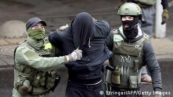 Задержание участника акции протеста в Минске, 8 ноября