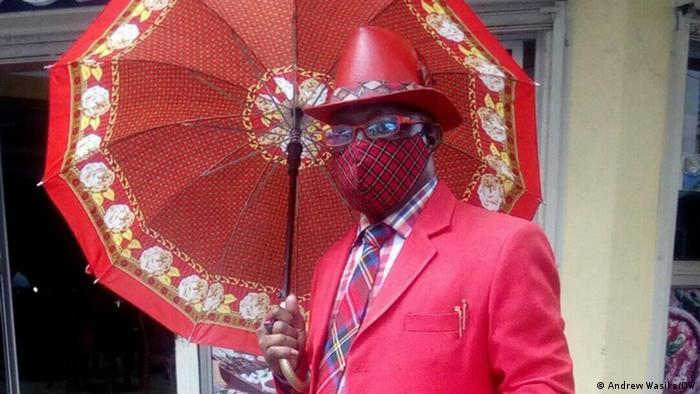 Gospodin Maina Mvangi ima komplete u raznim bojama i poznat je u Keniji po svom stilu oblačenja. Ustvari to nije njegov stil već varijanta poznatog afrički-dendi stila koji se u bivšim francuskim kolonijama naziva saporizam. Muškarci koji slede taj stil, po pravilu nisu bogati, ali nose najskuplje komade odeće i obuće, klasično elegantno ili veoma kreativno kombinovane.