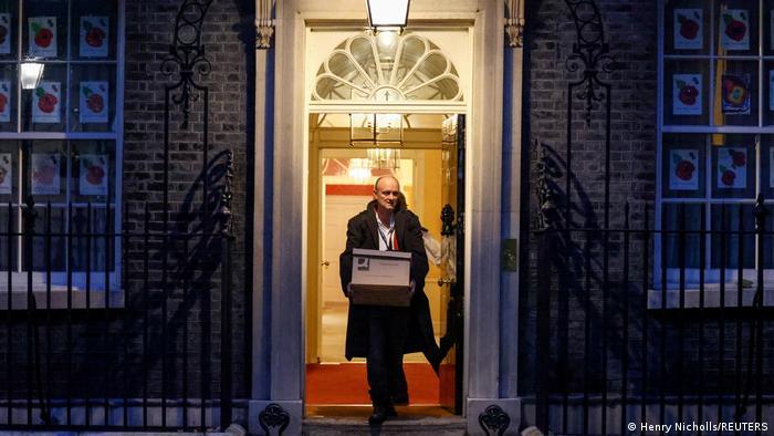 Dominic Cummings sai da sede do governo britânico carregando caixa de papelão