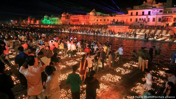 BdTD Indien Ayodhya | Hindu-Lichterfest Diwali | Guinness Rekord (Rajeev Bhatt/AP/picture alliance)