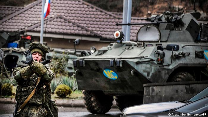 Waffenstillstand Berg-Karabach   Russische Truppen an Checkpoint vor Stepanakert (Alexander Nemenov/AFP)