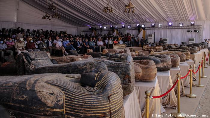 خبرنگاران، دیپلماتها و باستانشناسان خارجی نیز در نمایشگاه حضور داشتند.