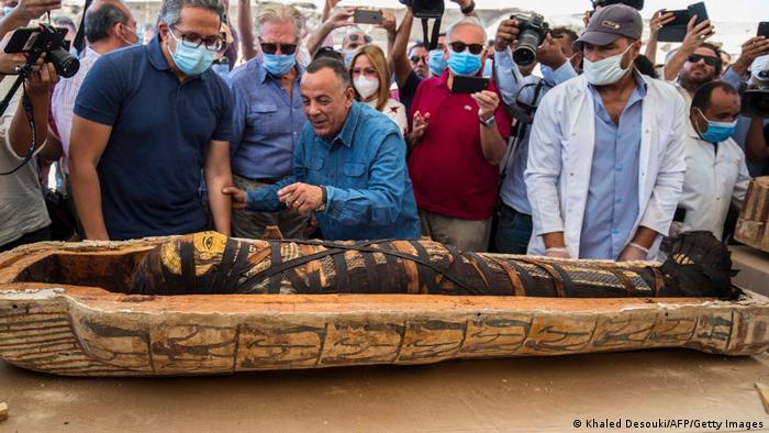 باستانشناسان تابوتی را باز کردند که در آن یک مومیایی پیچیدهشده در نوارهای پارچهای قرار داشت.