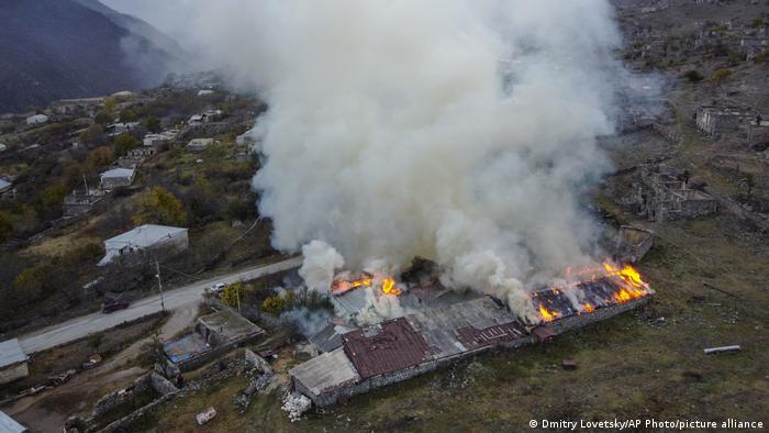 دخان يتصاعد من منزل في ناغورني كاراباخ بعد إشعال أرمن النار في بيوتهم