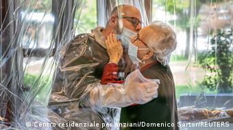 Πολλοί συγγενείς δεν μπορούν να επισκεφθούντα αγαπημένα τους πρόσωπα στους οίκους ευγηρίας