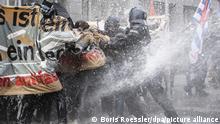 dpatopbilder - 14.11.2020, Hessen, Frankfurt/Main: Die Polizei setzt einen Wasserwerfer auf die Gegner der Querdenken-Demonstration unter dem Motto Kein Lockdown für Bembeltown! in der Innenstadt ein. Foto: Boris Roessler/dpa | Verwendung weltweit