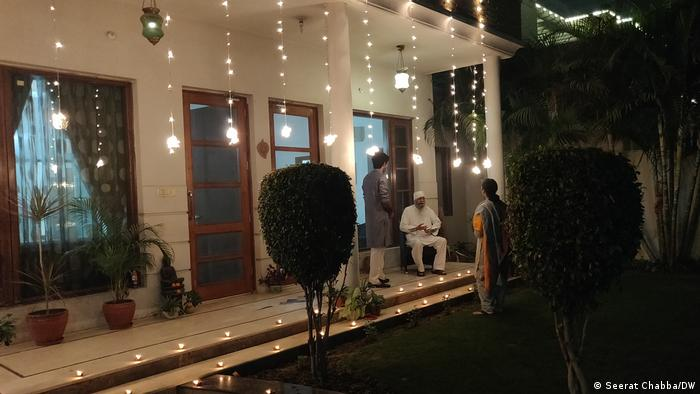 A family steps out to light up their home as India celebrates Diwali (Seerat Chabba/DW)