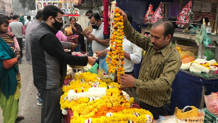 People step out to do some last-minute shopping as India celebrates Diwali,(Seerat Chabba/DW)