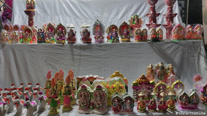 A street vendor displays small idols of Hindu gods and goddesses (Seerat Chabba/DW)