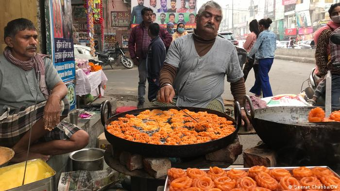 A sweet seller makes hot jalebis as India prepares to celebrate Diwali (Seerat Chabba/DW)