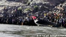 14.11.2020 *** Ethiopians who fled the ongoing fighting in Tigray region prepare to cross the Setit River on the Sudan-Ethiopia border in Hamdait village in eastern Kassala state, Sudan November 14, 2020. REUTERS/El Tayeb Siddig