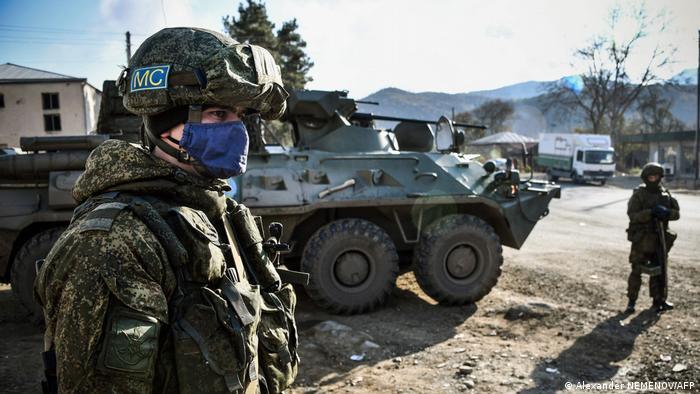Российские военный с эмблемой миротворческих сил в Нагорном Карабахе