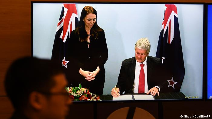 In Wellington unterzeichnet Neuseelands Handelsminister Damien O'Connor. Links Premierministerin Jacinda Ardern (Foto: Nhac NGUYEN/AFP)