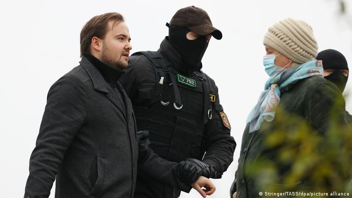 Und immer wieder Festnahmen von Demonstranten - wie hier in Belarus' Hauptstadt Minsk (Foto: Stringer/TASS/dpa/picture alliance)