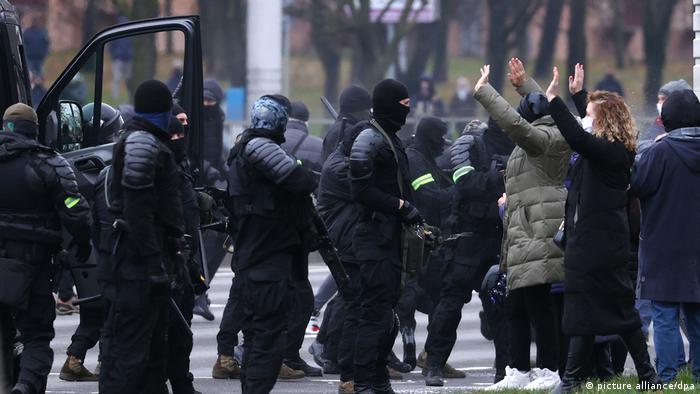 ОМОН задерживает участников протеста в Минске