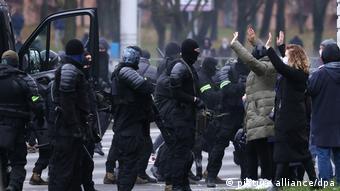 Силовики в Минске проводят задержания участников протеста, 15 ноября 2020 года