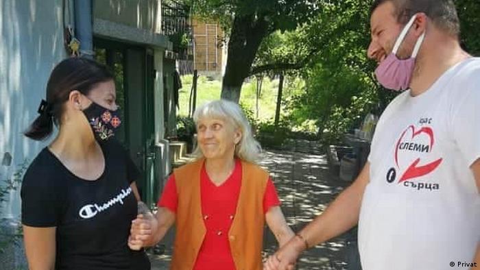 Бояна и Милан Иванови по време на акция в плевенски села