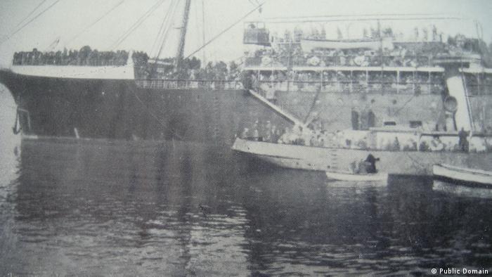 Руски белогвардейци на борда на транспортния кораб Саратов напускат Крим