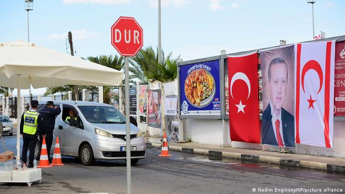 Erdoğan'ın Kuzey Kıbrıs ziyareti sırasında bir polis kontrol noktası